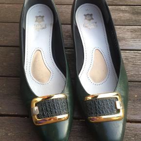 Flotte vintage sko/pumps med guldspænde. Mørkegrønne. Er str 38 1/2, men har sål i, så de passer en 38. De kan tages ud.