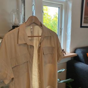 Oversize beige Zara skjorte. Aldrig brugt og sælges derfor.  BYD gerne:)