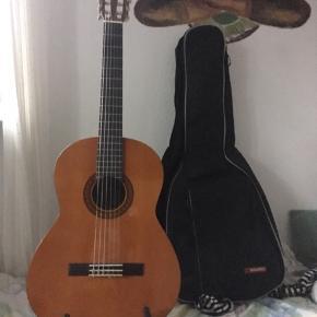 Sælger denne Yamaha guitar. Brugt en 10-15 gange så den er helt uden skrammer. Alt tilbehør høre med: Cover til guitar En guitarholder så den kan stå Plektre i mange tykkelser En der kan stemme den  Byyydddd den er perfekt stand! 🎸🎸🎸