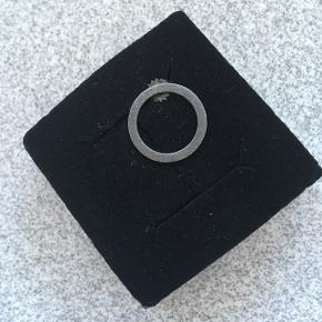 Oxiderede ørering fra Pernille corydon. 1 stk.  Og  1 stk oxideret ørering. Måler 3,5 cm i dia.  Pris pr stk.