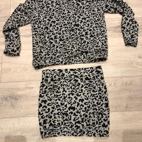 Blusen er en Small og nederdelen er en M. Når man har sættet på ligner det lidt en kjole