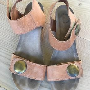 Fine sandaler fra cashott. Farven er cognac.