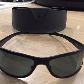 Police solbriller Brillerne er 10 år gamle, men fejler ingenting. Er næsten ikke brugt. Original etui medfølger naturligvis.
