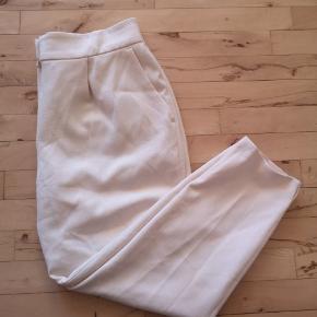 Fine elegante bukser i en flot cremet farve, de er kun brugt 2 gange, de fejler derfor intet... Mener ny pris var omkring de 1000kr