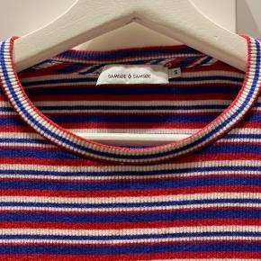 Blå, rød og hvid stribet langærmet bluse fra Samsøe Samsøe.