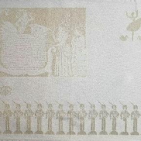 """Dækkeservietter/ servietter i 100 % egyptisk dobbeltvundet kæmmet bomuld m indvævede mønstre fra H.C. Andersens eventyr. Mål 50x40. Farven er jvf GJ's hjemmeside """"zink"""". Passer sammen med H.C.Andersen dugen. 4 stk bla m. Fyrtøjet og prinsessen på ærten."""