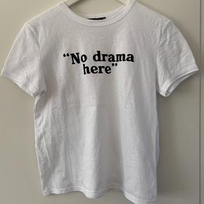 """Basic hvid t-shirt med statement """"no drama here"""" str S aldrig brugt, kun prøvet på."""