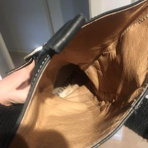 Støvler fra Bumper, str. 38. I 100% skind udenpå og indeni. Lynlås på indersiden. Brugt meget lidt, dog en gammel model, men god kvalitet😊