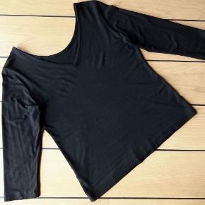 Sød vende-shirt fra C'arla du Nord - altså V-udskæring eller rund hals 3/4 ærmer Str. M / 38-40 93% Viscose og 7% Elastan - blød og elastisk Brystvidde: 44 cm x 2 (fladt) - længde 55 cm Brugt meget lidt :-)