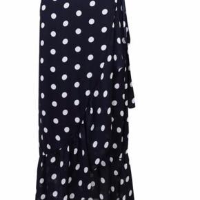 Jeg sælger denne fine lange nederdel fra neo noir. Den er marine blå med hvide prikker og med wrap effekt. Nypris var 600kr. Byd!