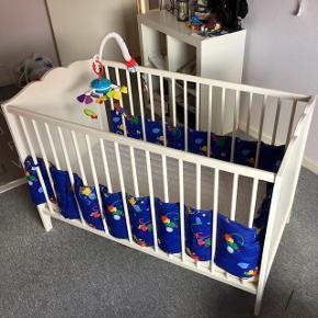 IKEA seng sælges incl. vyssa madras og topmadras. Den kan justeres til 2 niveauer. Bruge til et barn Brugsspor efter musik-uro som kan medfølge.