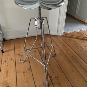 Barstol fra Dulton sælges.   Fejler intet, meget flot stand.   Kvit haves ikke.   Kan afhentes på Østerbro.