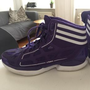 Super fede Adidas Adizero Sprint Frame Sneakers - egentlig en basketstøvle, men kan også bruges til hverdag, da de er virkelig behagelige at have på og en super flot lilla farve! Str 37 1/3, ny pris 1000kr.