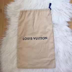 Louis Vuitton dustbag sælges. Fin stand, fejler intet.  Dustbagen måler 49 x 30 cm  2 af disse haves, se anden annonce.