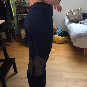 Løbebukser /tights i den smukkeste mørkeblå fra Kari Traa. De er ikke brugt specielt meget og har derfor ingen specielle tegn på slid 💫💙