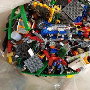 DIV. LEGO KLODSER + SÆT. KOM OG KIG PÅ ADRESSEN. DU KAN VÆLGE HVAD DU ER INTERESSERET I OG DU BETALER PR. KG. ELLER KØB DET HELE SAMLET TIL BILLIGERE PENGE.  40-50 Kg. Forskelligt Lego Der er kommet 1 hel kuffert ekstra med efter disse billeder er taget Noget er stadig i pose med instrukstionsbog i det nye som er kommet til.  SPØRG EFTER BILLEDER!   Kan ikke svare på, hvad det hele er, da jeg har modtaget en del fra min veninde men også købt RIGTIG meget selv, som så er blevet rodet sammen. Men kan se at der er RIGTIG meget og RIGTIG meget godt til Lego fans 😊  Der er ca.3 alm kufferter og 1 dobbelt kuffert fyldt HELT op. Der følger ikke konstruktionsbøger med til det hele. Der er dog en del som medfølger og resten må man bygge ud fra sin fantasi eller  bruge nogen af de dele som næsten er hele og bygge videre. Man kan også sortere og finde konstruktionsbøger inde på Legos hjemmeside. Kan dog se at der er Batman, skinner, både, politi, helikopter, traktorer og meget meget mere..... BYD!!! 📣💰ER TIL AT FORHANDLE MED ⭐👍😄 EKSTRA AF MIN SØNS MEDFØLGER. Det næst sidste pic. med det gule byggesæt, har været min søns. Kan ikke huske om det er Lego City eller Lego technic.....men der medfølger bygge bog og det var en af de store kasser.  De grønne plader og den sorte kasse har også været min søns men det er bare Lego ting.