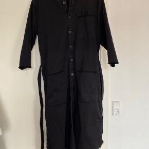 Sort denim kjole fra Mads Nørgaard med lommer og bånd i taljen.