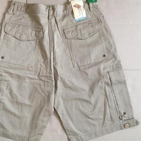 OTC Below Pocket Shorts  i Khaki/ Sandfarvet. Blødt bomuldsmateriale i god kraftig kvalitet. Ekstra lommer på lårene med lynlås. Nye - stadig med tags.  Str 34 i jeans 🌞☝️