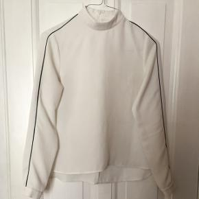 Envii bluse med mørkeblå piping på ærmet. Næsten ikke brugt