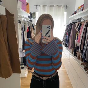 Blå og brun stribet glimmer trøje med vide ærmer / trompet ærmer  Aldrig brugt   Tjek mine andre annoncer ud☺️ Jeg sælger en masse forskelligt tøj, sko og tasker.  Der gives mængderabat🌸