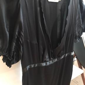 Smuk sort silkekjole mes bindebånd og korte ballonærmer
