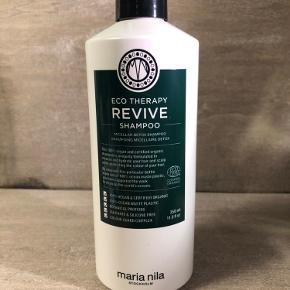 Ny og uåbnet  Maria Nila Revive Shampoo 350 ml  BESKRIVELSE Maria Nila Revive Shampoo er en detox shampoo, som renser håret fuldstændig i dybden. Denne shampoo fjerner nemlig alle produktrester, overskydende olier og snavs fra både hår og hovedbund. Formlen er beriget med den unikke micellar-teknologi, som virker gendannende, og efterlader håret friskt, genoplivet og rent. Derudover er den med en frisk duft af grøn agurk, pære og ferskennektar, samt Color Guard Complex, der beskytter imod UV-stråler og frie radikaler.  Denne shampoo er en del af Revive serien fra Maria Nila, som er 100% vegansk, og helt uden sulfater og silikone. Formlerne er lavet med organiske ingredienser, der styrker håret indefra og ud, og flasken er produceret af genanvendt plastaffald fra havet.  Fordele: Rensende shampoo Anbefales til alle hårtyper Renser håret i dybden Fjernes produktrester, overskydende olier og snavs Beriget med micellar-teknologi Virker gendannende Efterlader håret friskt. genoplivet og rent Frisk duft af grøn agurk, pære og ferskennektar Beskytter imod UV-stråler og frie radikaler 100% vegansk Sulfat -og parabenefri Lavet af organiske ingredienser Emballage produceret af plastik fra havet ECO-certificeret  Anvendelse: Fordeles i fugtigt hår Massér godt ind Skyl derefter grundigt ud Vask håret 2 gange for bedste resultat