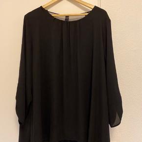 Flot sort bluse med gennemsigtig blonde på en del af ryggen