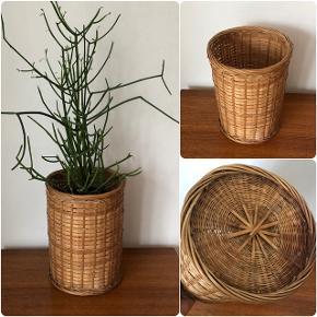 Skøn høj flet spand som fungerer perfekt som fx potteskjuler 👌🏻✨✨ H25 Ø19 cm. Pris 150,- kr.