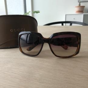 Super fine og klassiske Gucci solbriller sælges da jeg desværre ikke får dem brugt. Der er enkelte små brugstegn. Jeg synes ikke det er noget man ser medmindre man tager brillen helt ind til sig og kigger efter. Kvittering haves ikke, men jeg står selvfølgelig 100 procent ind på ægtheden. Pris sat derefter.