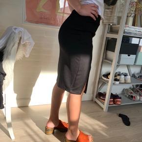 Fin nederdel med slis