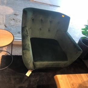 Helt ny super lækker grøn veloursofa og lænestol sælges. Er lige kommet hjem, men passer desværre ikke ind i vores stue 😫  Kvittering medfølger ved køb, så man har reklamationsret.  NP er 5500,- og sælges til 50% - 2750,-  KAN OGSÅ SÆLGES HVER FOR SIG, MEN KUN HVIS DER ER EN KØBER TIL HVER TING! Så vil prisen være 1000,- for stolen og 1750,- for sofaen.  Stolen er stadig pakket ind i kasse, og sofaen er sat ind i et lukket rum.  Mål sofa: 180x76xH79 Stol: 76x81xH79 Skal afhentes i 4400 Kalundborg.  Hurtig handel foretrækkes, da vi nu står uden sofa, og selvfølgelig ikke vil bruge det nye, nu det skal sælges 😊