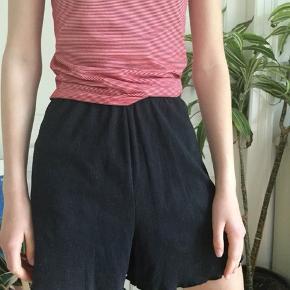 Søde, bløde sorte shorts. Der er huller i livet til at der kan sidde en snor i men den er røget ud. Byd gerne. - tjek min profil ud-