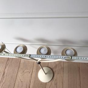 Cremefarvet lysestage - kan både anvendes til fyrfadslys og søjlelys. Fremstår som ny. Pga størrelsen er det bedst at kunne afhente varen.