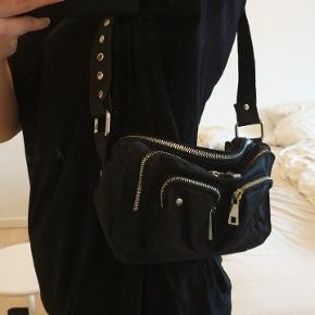 Hurtig handel: 250 kr!  Ellie recycled canvas black taske. Kan bruges som lille shoulder bag eller crossbody. Materialet er genbrugt bomuld, som har en smooth, mat overflade og er vandafvisende og nem at rengøre. Har ingen fejl eller mangler og er super lækker.  Mål: L: 24 cm x H: 16 cm x W: 10 cm  #GøhlerSellout