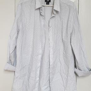 Hvid skjorte fra H&M, med prikker  Str large Slim fit  den er brugt et par gange, fremstår flot Jeg synes dog der er en lille misfarvning på kraven, se billedet hvor jeg peger, men det ses ikke hele tiden.  Den sælges derfor for 60kr eller 100kr inkl fragt med DAO