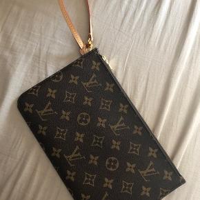 FAST PRIS ! Louis Vuitton clutch / pouch . Hørte med til en neverfull taske.   Ingen kvittering, men Står 110% inden for ægteheden, det kan ses og mærkes på den.   Sender forsikret med dao, ellers kan den hentes i adresse. Se gerne mine andre annoncer