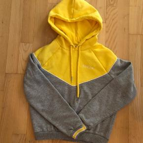 Sælger denne mega fede gule/grå hoodie, da den desværre ikke passer mig.  Afhentes 8000 Aarhus C  Eller sendes med Dao for 38kr.