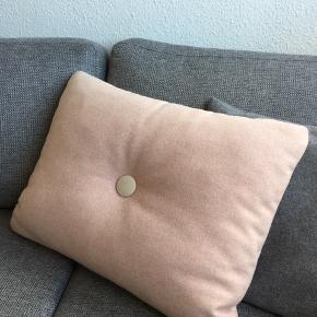 Hay uld pude, sart lyserød med lysegrå knap på den ene side og hvid/beige på den anden. Fejler intet. Sender desværre ikke. Nypris 550 kr. Pris 250 kr