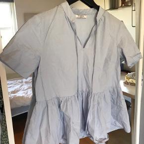 Fin lyseblå kortærmet skjorte fra Pieces i størrelse S, med bindedetalje ved halsen