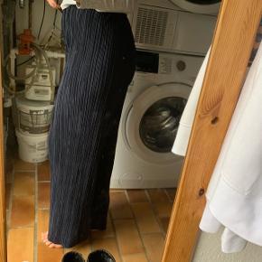 Fine bukser fra Vero Moda. Aldrig brugt da de ikke er min stil, men super behagelige. De er lidt store i det og kan derfor sagtens også passes af en medium