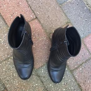 Sorte, skind støvler fra billi bi, med en lynlås på indersiden af hver og en 7 cm høj hæl.  Køber betaler fragt.