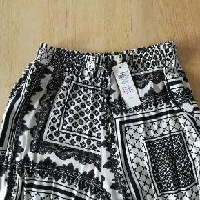 Dejlige lette bukser som aldrig er brugt. Kan afhentes i Kolding eller sendes efter aftale.  Se evt. mine andre annoncer, og få en god samlet pris hvis du køber flere ting.