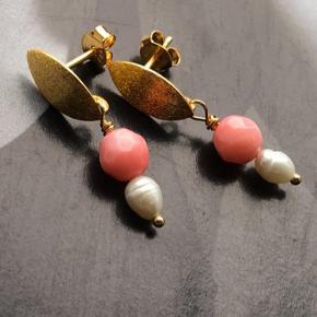 Forgyldte Sterling sølv øreringe med perler. Pris pr stk 100.-  Kan laves i sølv også - fragt fri ved bestilling for over 400 kr.