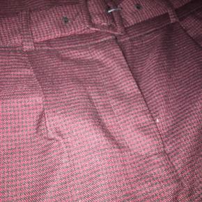 Stumpe bukser i en aubergine rød/lilla farve, med bælte fra Only - Unique