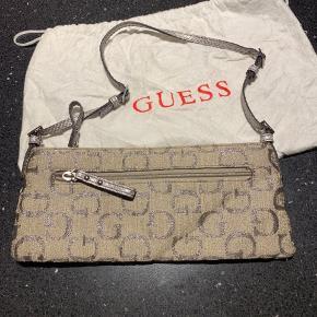 Håndtaske der lige er lang nok til også og kan bruges som skuldertaske . Der er tre rum og dustbag med.