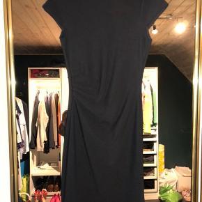 En SMUK kropsnær, sort cocktail kjole fra Vero Moda. Brugt 1 gang.  Har en flot detalje på midten af kjolen (omkring taljen.) giver et virkelig flot snit.   #30daysellout