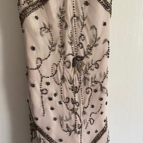 Den smukkeste galakjole med perler.  Trænger til rens. Nogle perler er faldet af/løse. Men stadig smuk og brugbar. Sælges billigt. Har selv brugt den oversize.