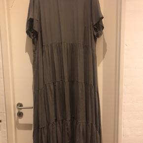 Super lækker maxi kjole i khaki grøn .  Den er fra MAT og ny pris er 1100 kr  Har kun brugt den 2 gange , så den er som ny .  Str Xl er = 52-54