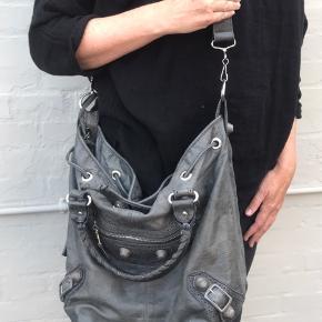 Lækker skuldertaske med masser af patina og et smukt look. Tasken har en enkelt kosmetisk skade på skindet (se foto ).