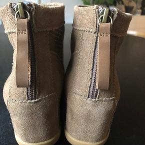 Shoe The Bear, Emmy i lyst brunt ruskind. Aldrig brugt (har andet par🙈). Ny pris 999kr  ⭐️Klik på foto ved 'mød sælgeren', og se alle mine fine ting⭐️